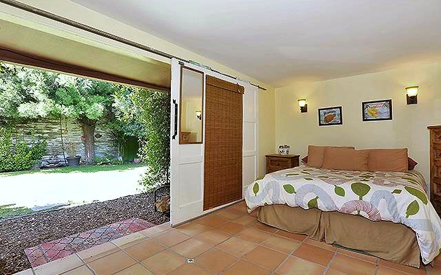 Detached studio with bath and kitchenette