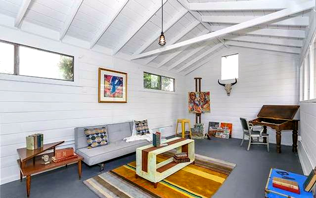 Detached studio with vaulted ceiling. Courtesy of Coley Sohn – Urbanite Inc.