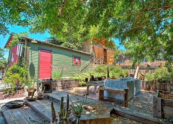 Backyard. Courtesy of Deirdre Salomone, KW; Daniel Ortega, Sotheby's; Tracy King, Teles
