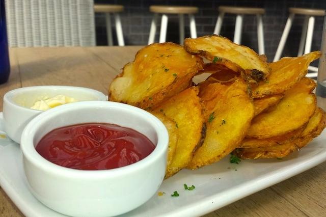 Crack-like momo chips with garlic aioli and ketchup